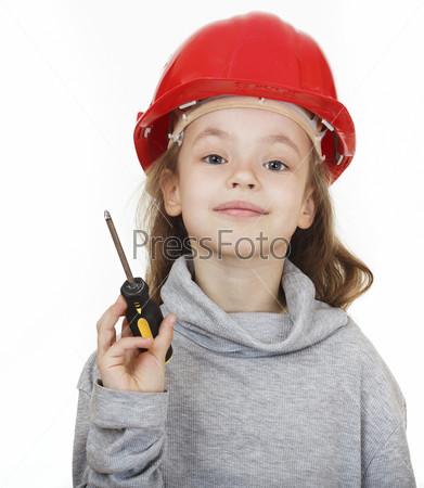 Девочка в строительной каске с отверткой