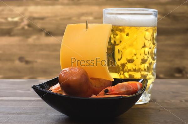Пиво с закуской из колбасок и креветок в лодочке