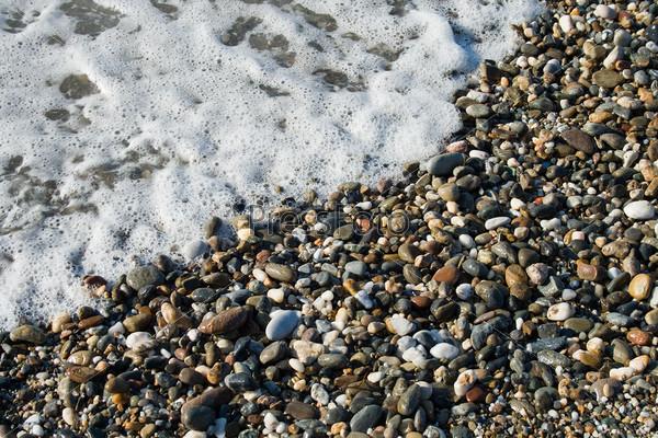 Морская волна и галька крупным планом