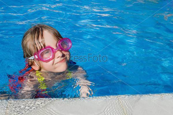 Фотография на тему Девочка в очках купается в бассейне