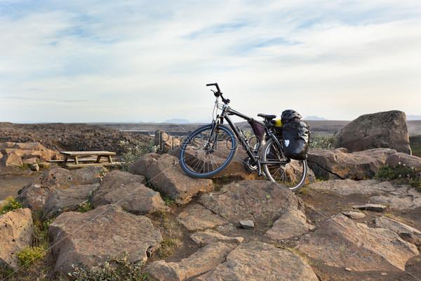 Фотография на тему Велосипед с принадлежностями для активного отдыха в горах Исландии
