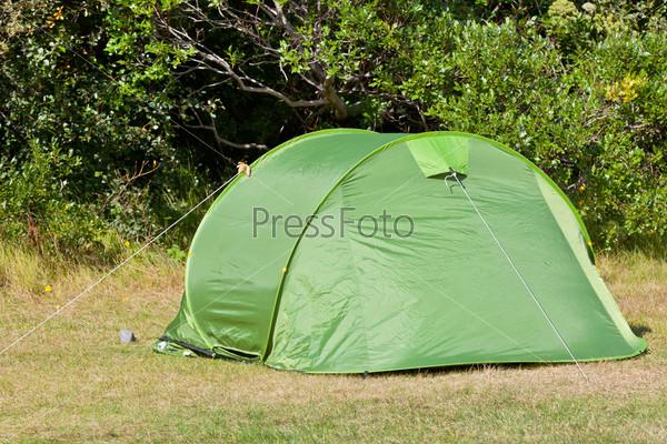 Туристические палатки в кемпинге