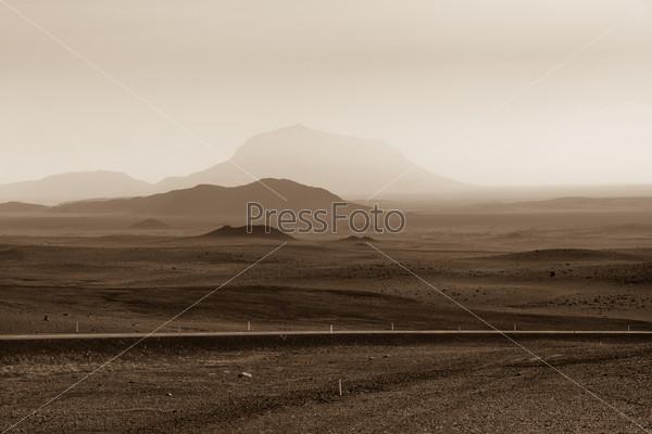 Шоссе через горный пейзаж в Исландии