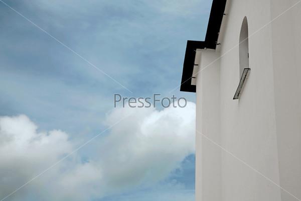 Белая стена церкви на фоне неба
