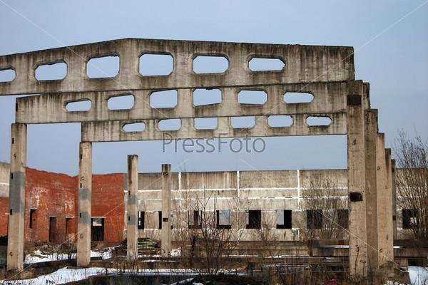 Фотография на тему Скелет бетонных перекрытий здания на фоне развалин