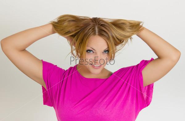 Молодая женщина с руками в волосах