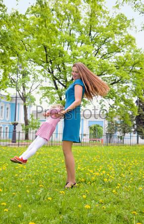 Фотография на тему Счастливая мать и ребенок играют на лугу