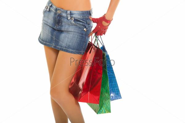 Красивые ноги женщины с пакетами