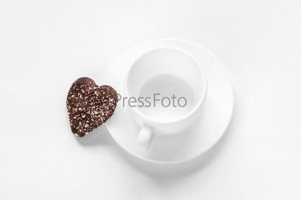 Чашка, блюдце и шоколадное кокосовое печенье