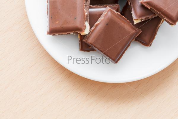 Шоколад с орехами на тарелке