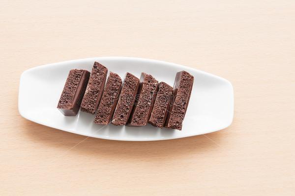 Пористый шоколад на тарелке