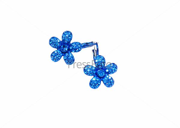 Синие серьги в форме цветов на белом