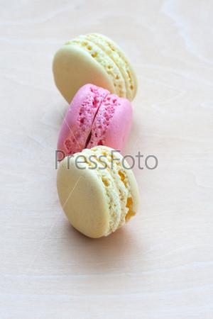 Фотография на тему Красочное миндальное печенье на деревянном фоне
