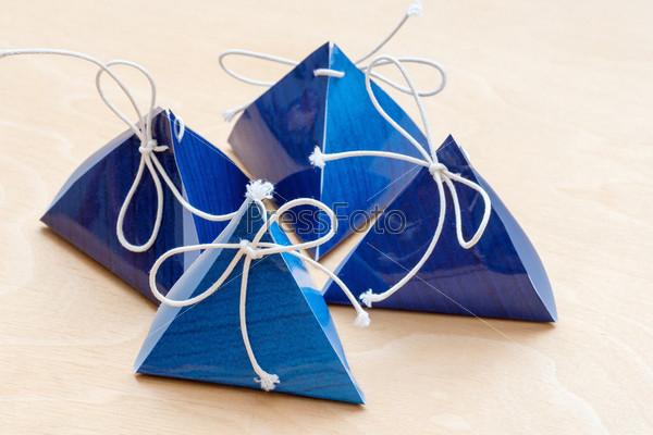 Подарочные пакеты на белом деревянном фоне