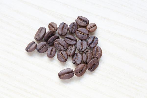 Кофейные бобы на белом фоне
