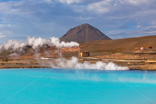 Геотермальная электростанция и ярко-бирюзовое озеро в Исландии