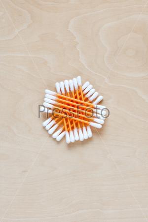 Ватные палочки на столе