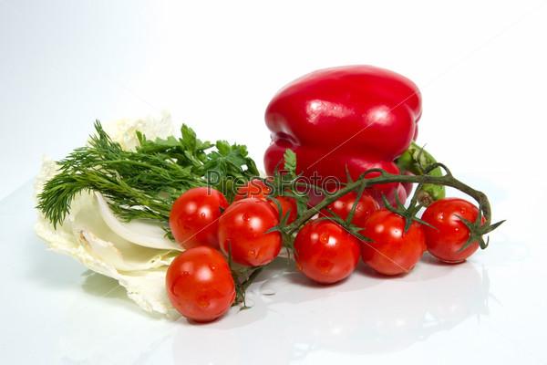 Различные свежие овощи на белом фоне