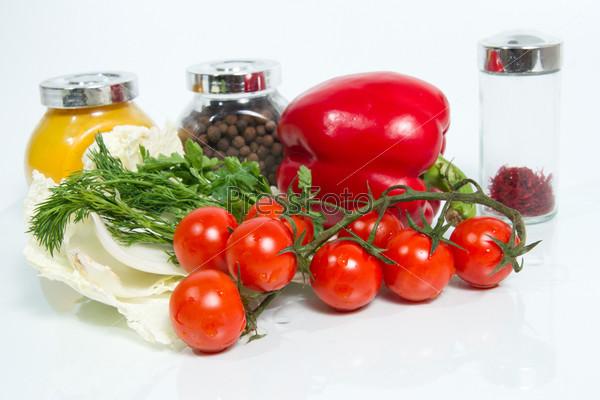 Различные свежие овощи и специи на белом фоне
