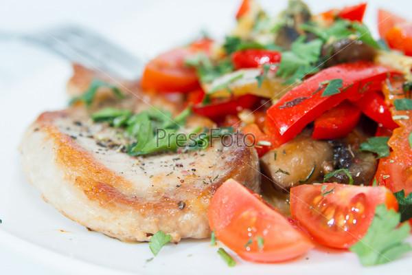 Жареная свинина с грибами и овощами