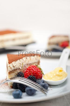 Десерт тирамису с ягодами и сливками