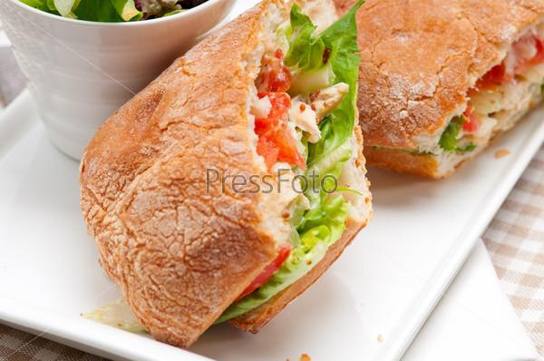 Сэндвич панини с хлебом чиабатта, курицей и помидорами