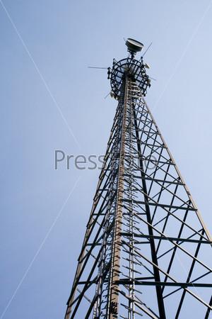 Башня связи на фоне голубого неба