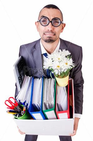 Уволенный мужчина с коробкой личных вещей