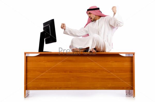 Араб сидит на своем столе
