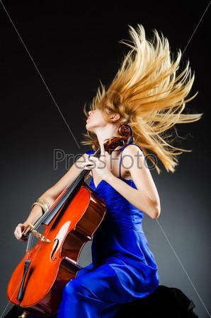 Фотография на тему Привлекательная женщина с виолончелью в студии