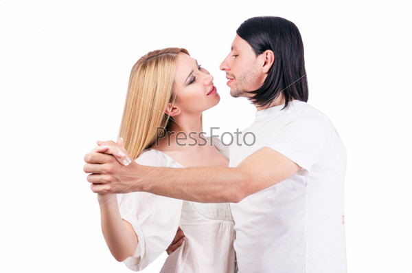 Пара танцует на белом фоне