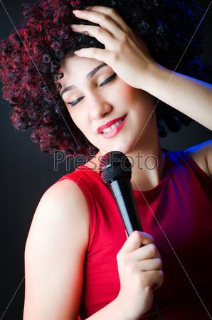 Исполнительница нс микрофоном а дискотеке
