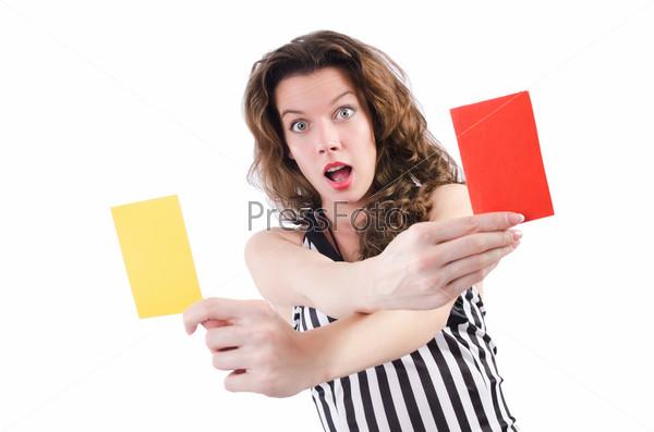 Женщина рефери с карточкой на белом фоне
