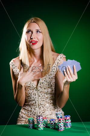 Женщина в казино с игральными картами