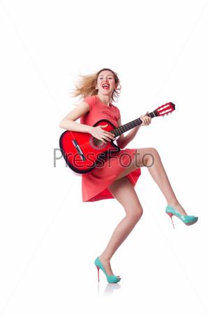 Женщина играет на гитаре, изолированная на белом