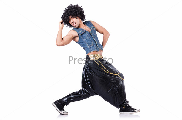 Танцор рэпа в широких штанах на белом