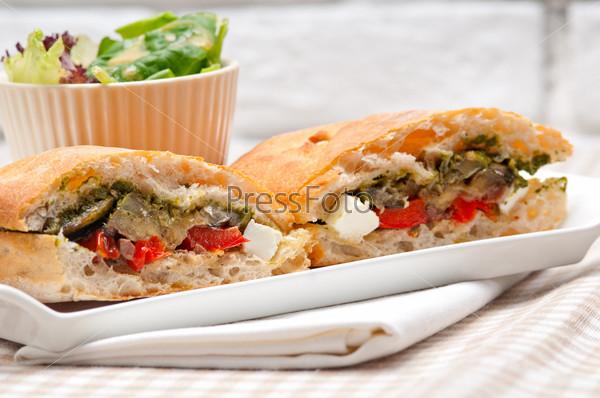 Сэндвич панини с хлебом чиабатта, овощами и фетой