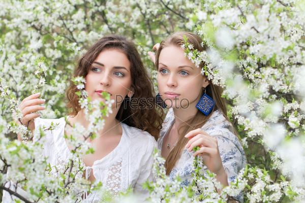 Две привлекательные женщины