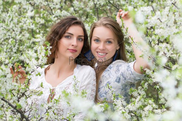 Две молодые красивые женщины
