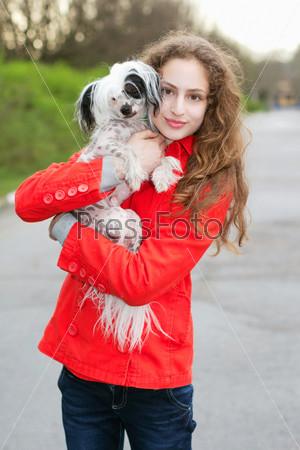 Фотография на тему Девушка держит маленькую собаку