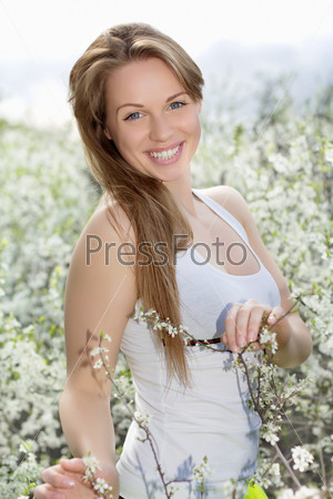 Молодая улыбающаяся блондинка