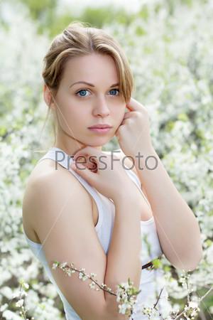 Красивая молодая блондинка