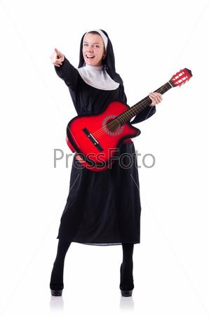 Монахиня с гитарой на белом фоне