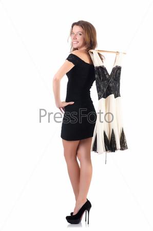 Молодая женщина меряет новую одежду на белом фоне