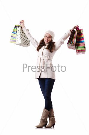 Женщина в зимней одежде делает рождественские покупки