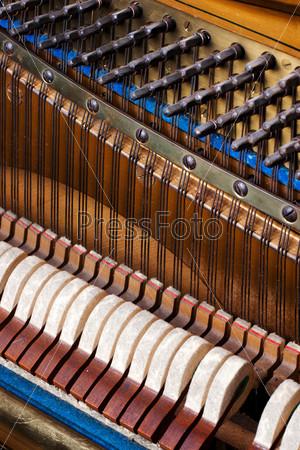 Фотография на тему Внутренние детали старого фортепиано