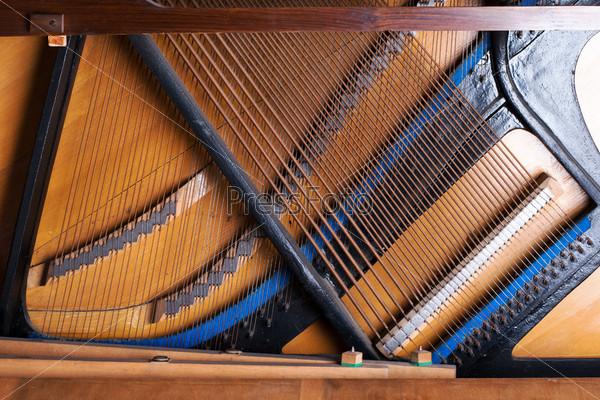 Внутренние детали старого фортепиано