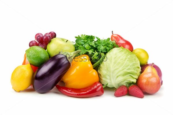 Набор фруктов и овощей, изолированный на белом фоне
