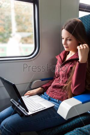 Женщина сидит в поезде