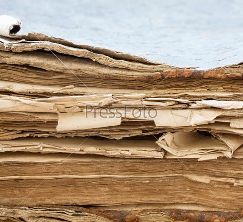 Фотография на тему Древняя книга крупным планом. Выборочный фокус